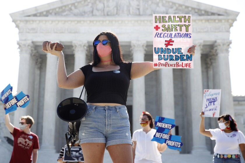 Unas personas participan en una protesta contra el aborto afuera de la Corte Suprema de EEUU, el lunes 29 de junio de 2020. (AP Foto/Patrick Semansky)