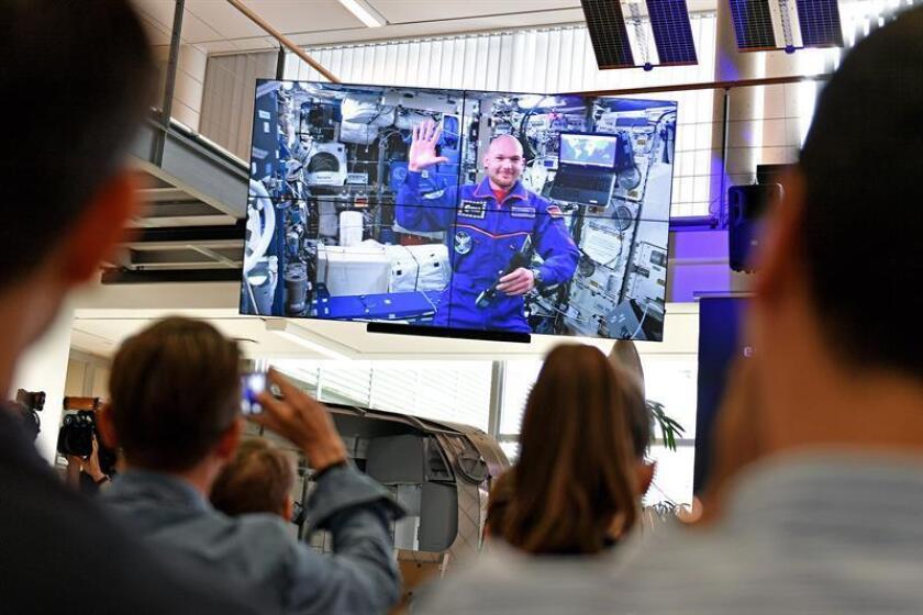 El astronauta de la Agencia Espacial Europea (ESA) Alexander Gerst, saluda a los medios durante una retransmisión en directo desde la Estación Espacial Internacional (EEI). EFE/Archivo