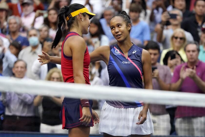 शनिवार को यूएस ओपन में राडुकानू की जीत के बाद एम्मा राडुकानू, बाएं, और लेयला फर्नांडीज बात करते हैं।