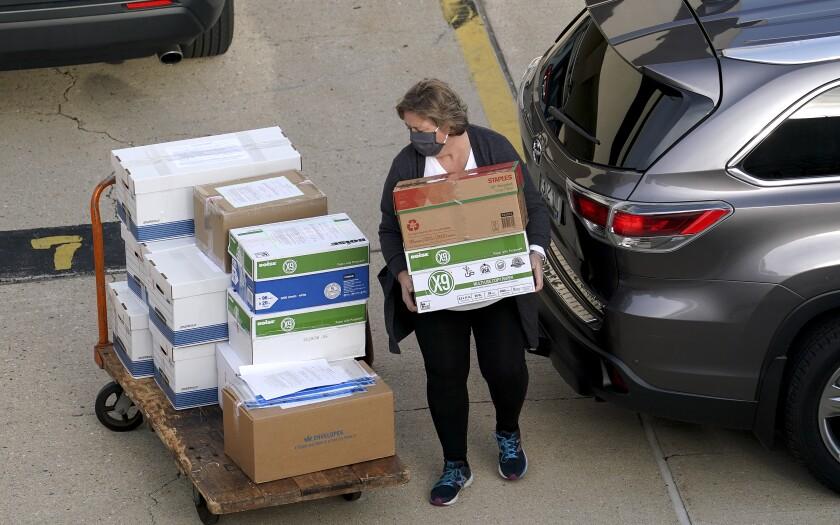 Trabajadores electorales del condado de Dane entregan boletas el jueves 19 de noviembre de 2020