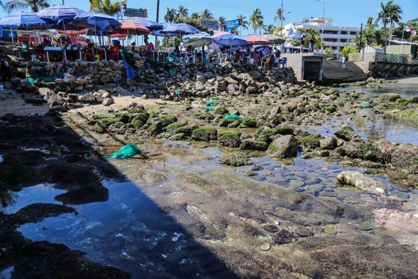 Vista general de la baja del nivel del mar este domingo en playas del puerto turístico de Acapulco, en el estado de Guerrero (México). EFE