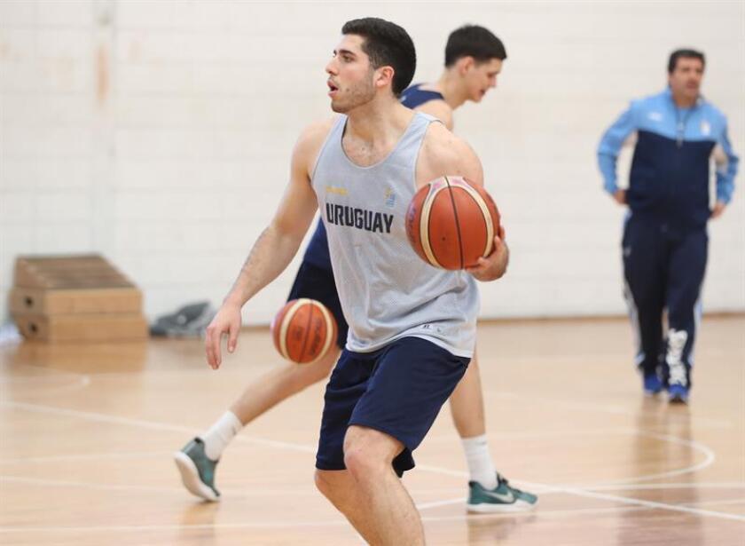 El escolta de la selección uruguaya de baloncesto Federico Pereiras (c) participa en un entrenamiento hoy, lunes 3 de septiembre de 2018, en Montevideo (Uruguay). EFE