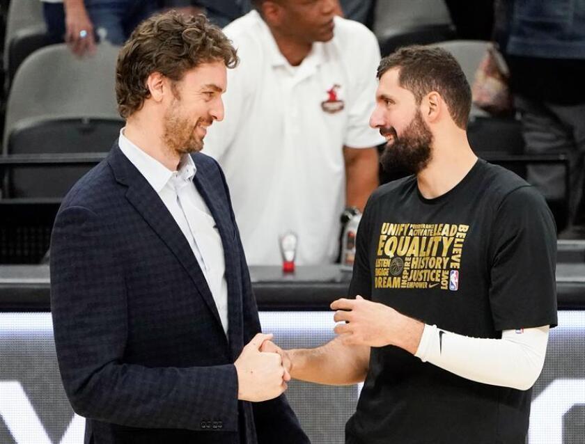 El jugador Nikola Mirotic de los New Orleans Pelicans (d) habla con el jugador español Pau Gasol (i) de los San Antonio Spurs durante un partido de baloncesto de la NBA que se disputó en San Antonio, Texas (EE.UU.). EFE