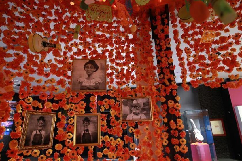 """""""Coco"""", ganadora del Óscar al mejor filme de animación en la pasada edición de los premios de la Academia, tiene una aventura dedicada en exclusiva donde residentes de """"la tierra de los muertos"""" aparecen en las azoteas del parque y se unen a mariachis y bailarines del folclor mexicano. EFE/Archivo"""