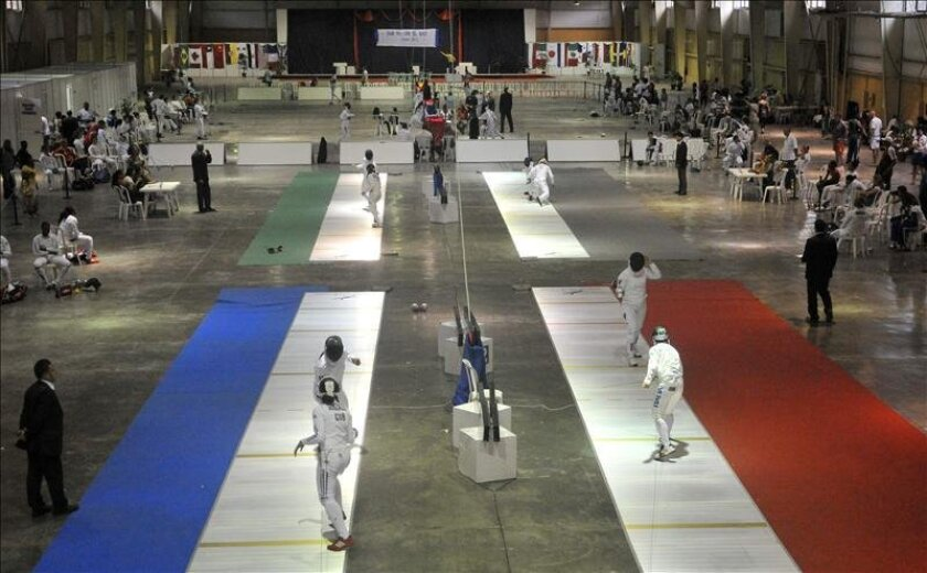 Varias atletas compiten durante la apertura del Grand Prix femenino de espada en La Habana (Cuba). EFE