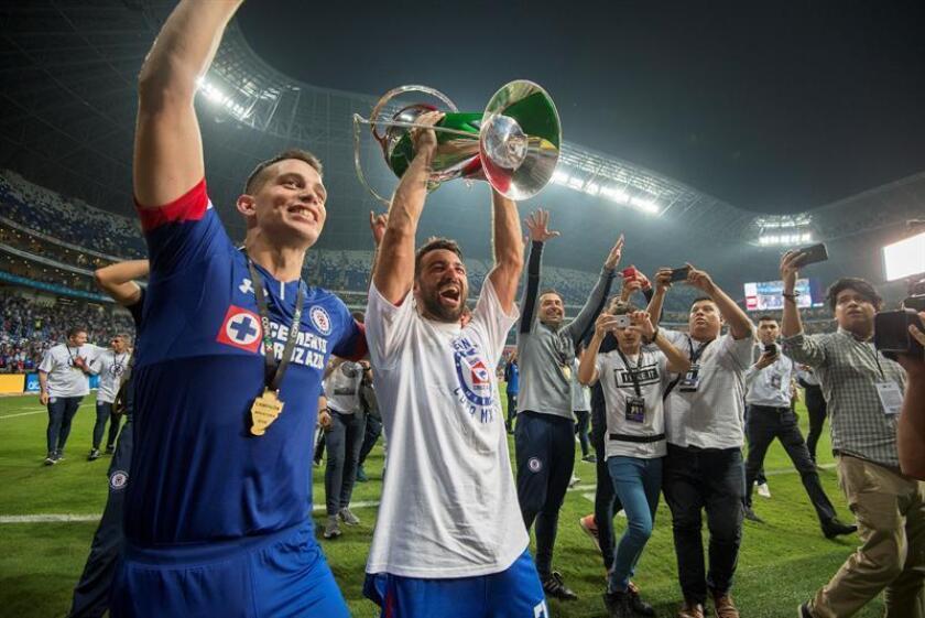 Iván Marcone (i) y Martin Cauteruccio (c) de Cruz Azul celebran con la copa el miércoles 31 de octubre de 2018, luego de derrotar a Monterrey en la final del Torneo Copa MX 2018, en el estadio BBVA de la ciudad de Monterrey (México). EFE/Archivo