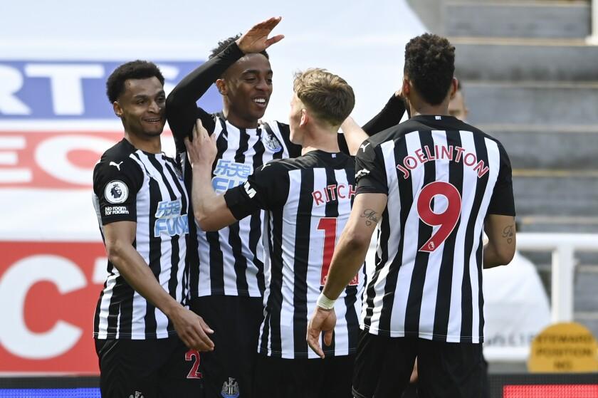 Joe Willock, segundo desde la izquierda, de Newcastle, celebra tras anotar el tercer gol de su equipo en un partido de la Liga Premier inglesa contra West Ham el sábado, 17 de abril del 2021. (AP Foto/Stu Forster/Pool)