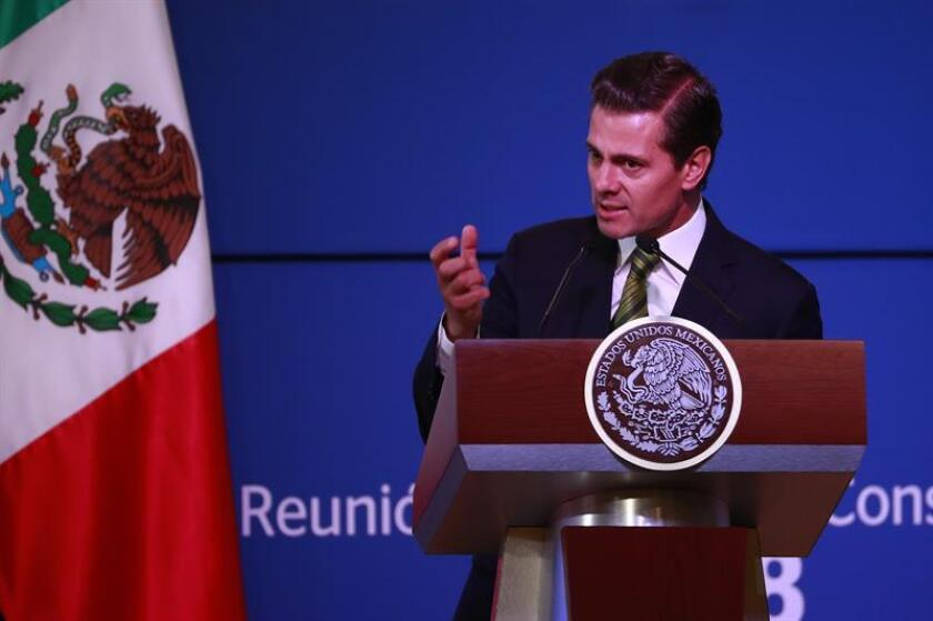 El presidente de México, Enrique Peña Nieto, dijo que un país no se construye en seis años y que quien así lo crea se equivoca, en referencia al mandatario electo, Andrés Manuel López Obrador, quien iniciará su gestión el 1 de diciembre. EFE/ARCHIVO