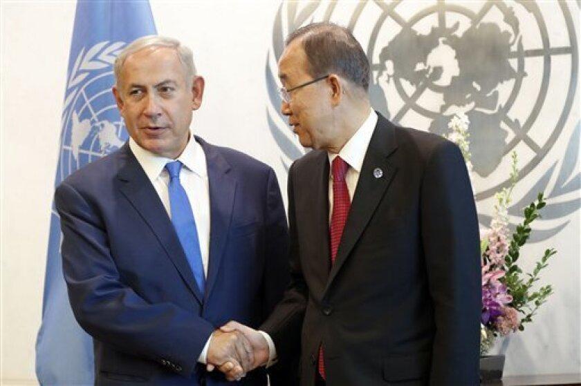 Primer ministro israelí Benjamin Netanyahu, izquierda, saluda al secretario general de la ONU Ban Ki-moon en la sede de la ONU, 22 de septiembre de 2016. Netanyahu dijo el martes 27 de septiembre de 2016 a su gabinete en Jerusalén que el apoyo de Estados Unidos a su país seguirá siendo fuerte, gane quien gane las elecciones en noviembre.