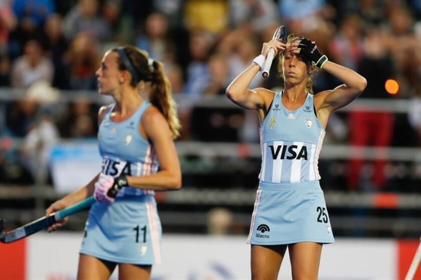 """Silvia Delia de """"Las Leonas"""" de Argentina reacciona tras perder un partido. EFE/Archivo"""
