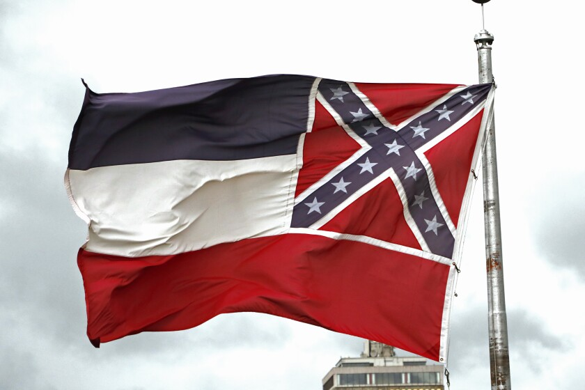 En esta imagen del 25 de junio de 2020 se ve la bandera del estado de Mississippi fuera del Capitolio
