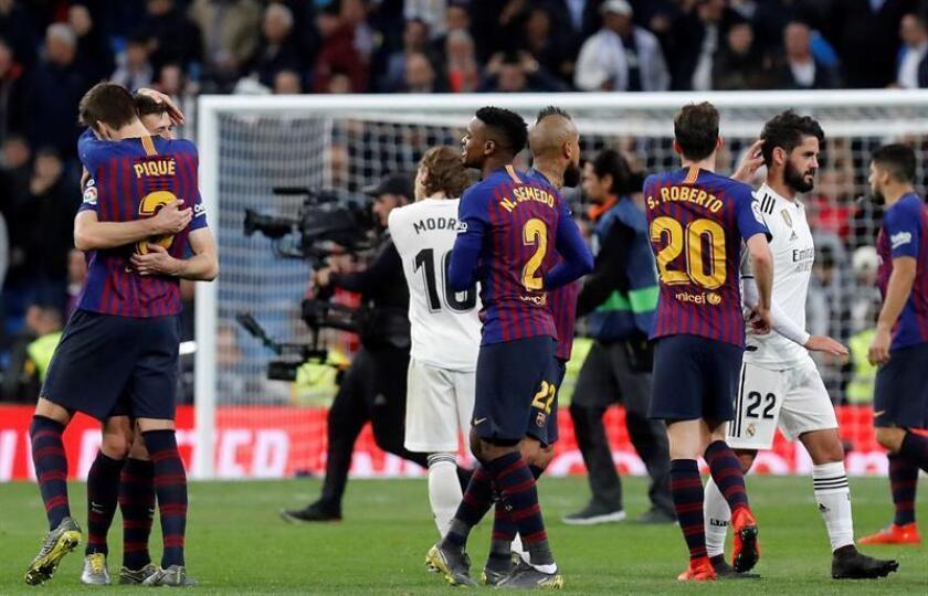 Los jugadores del FC Barcelona celebran la victoria tras el partido de la 26? jornada de Liga en Primera División que Real Madrid y FC Barcelona jugaron esta noche en el estadio Santiago Bernabéu, en Madrid. EFE