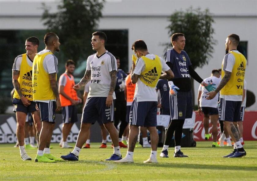 Jugadores de la selección argentina de fútbol entrenan hoy en el predio de la Asociación de Fútbol Argentino en Ezeiza (Buenos Aires). EFE