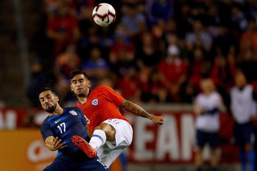 Sebastián Vegas (d) de Chile disputa un balón con Sebastian Lletget de Estados Unidos en un partido amistoso internacional este martes, en el estadio BBVA Compass en Houston, Texas (EE.UU.). EFE