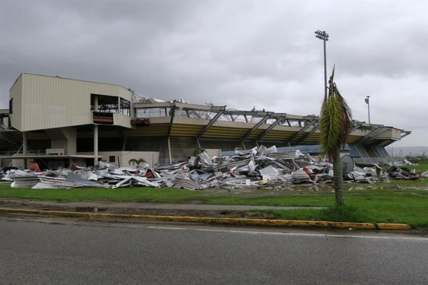 Vista del estado en el que quedó tras el paso del huracán María el estadio de béisbol Félix Millán en el municipio de Yabucoa, al sureste de Puerto Rico. EFE/ARCHIVO