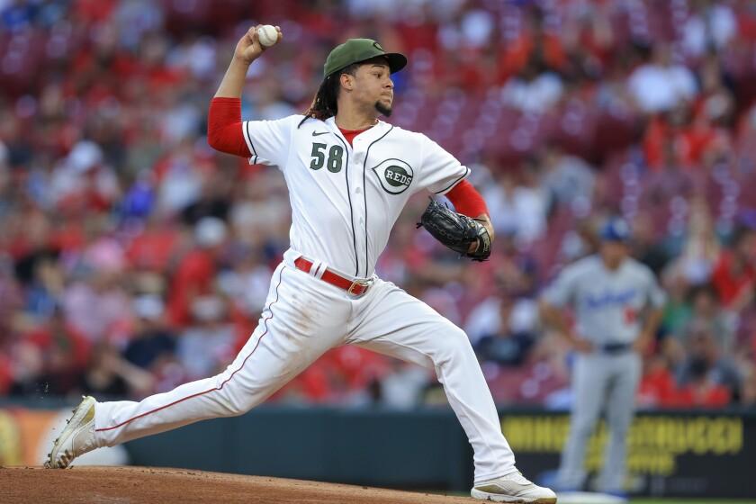 El pitcher de los Rojos de Cincinnati Luis Castillo lanza en la primera entrada del partido contra los Dodgers de Los Ángeles, en Cincinnati, el viernes 17 de septiembre de 2021. (AP Foto/Aaron Doster)
