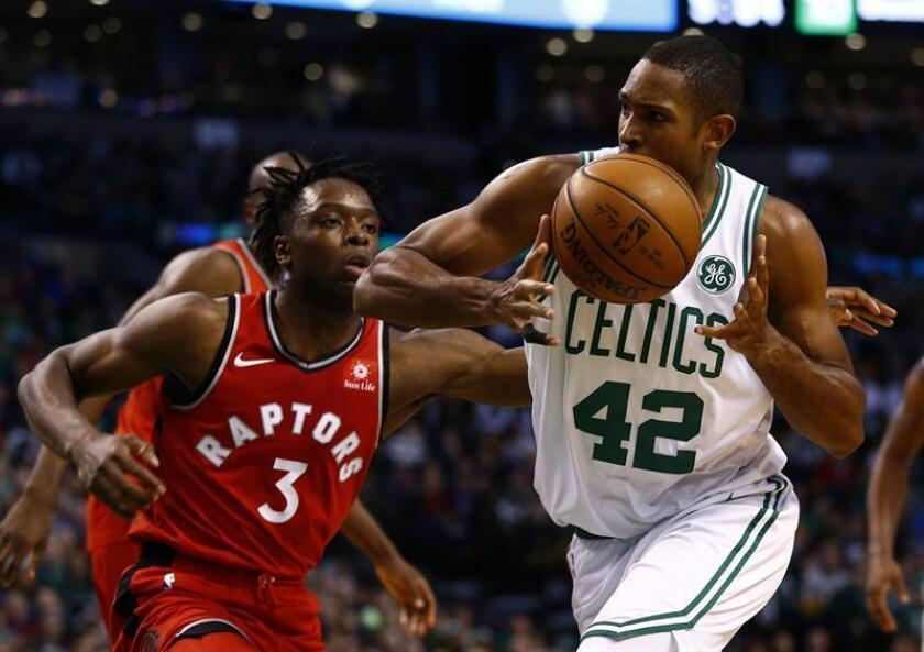 Boston Celtics forward Al Horford (R) retains the ball as Toronto Raptors forward OG Anunoby (L) defends during the second half of the game at TD Garden in Boston, Massachusetts, USA, 12 November 2017. EFE