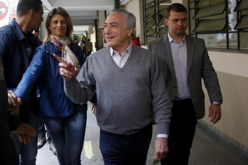 El presidente brasileño, Michel Temer, viajó hoy a Argentina, donde se reunirá con su homólogo Mauricio Macri, para dirigirse luego hacia Asunción y entrevistarse con el mandatario paraguayo, Horacio Cartes.