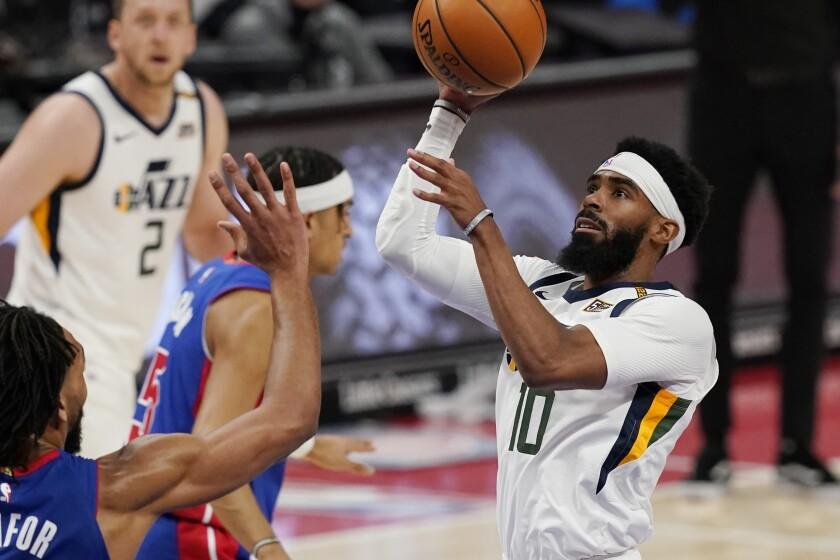El base del Jazz de Utah, Mike Conley, lanza durante la primera mitad del partido de la NBA