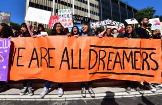 Estudiants i partidaris de DACA marxen al centre de Los Angeles, Califòrnia, el 12 de novembre de 2019 mentre la Cort Suprema dels Estats Units escoltava els arguments per prendre una decisió respecte a el futur de DACA.