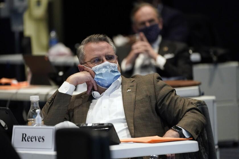 El senador del estado de Virginia, Bryce Reeves, escucha durante un debate sobre una propuesta de ley