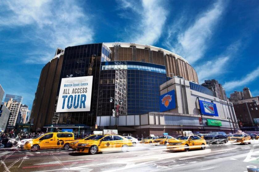 Fotografía sin fecha cedida por el Madison Square Garden donde se muestra la fachada de este coliseo en Nueva York, Estados Unidos. Sede de icónicos equipos de la NBA como los Knicks de Nueva York o de hockey sobre hielo como los Rangers, el Madison Square Garden en la Gran Manzana forma parte del imaginario popular como el recinto donde suceden los grandes eventos, tanto deportivos o culturales, cuyos secretos se desvelan en un recorrido. EFE/Brandon Todd/Madison Square Garden/SOLO USO EDITORIAL/NO VENTAS