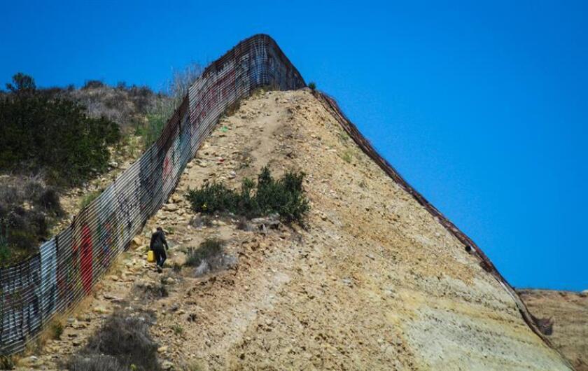 El Gobierno de Estados Unidos inició hoy la sustitución de la valla fronteriza construida a principios de los años noventa entre San Diego (EE.UU.) y Tijuana (México), lo que amenaza las casas de tres familias mexicanas que viven pegadas a la frontera, según constató Efe. EFE/ARCHIVO