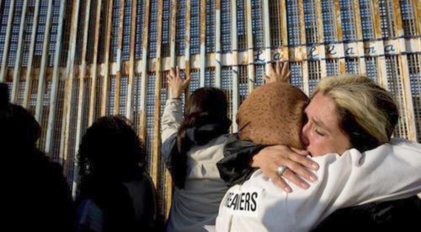 """La iniciativa """"Amor sin fronteras"""" reunió hoy un grupo de padres que viven en México con sus hijos que residen en Estados Unidos, permitiéndoles volverse a ver después de décadas de separación obligada. EFE/Archivo"""