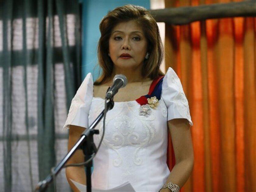 La gobernadora Imee Marcos lee el comunicado de su familia tras el entienrro de su padre, el fallecido dictador Ferdinand Marcos, en el Cementerio de Héroes de Filipinas, el 18 de noviembre de 2016, en Pasay City.