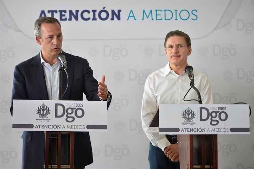 El director ejecutivo de la compañía Aeroméxico, Andrés Conesa (i), habla junto al gobernador del estado de Durango, José Rosas Aispuro (d), durante una rueda de prensa hoy, miércoles 1 de agosto de 2018, en Ciudad de México (México). EFE
