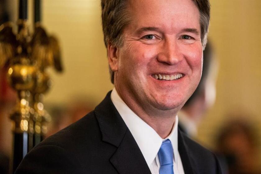 El candidato al Tribunal Supremo, Brett Kavanaugh, posa para los fotógrafos en el Capitolio, en Washington (Estados Unidos). EFE/Archivo