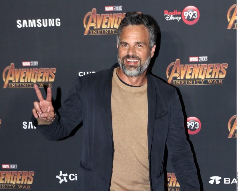 El actor estadounidense Mark Ruffalo pasa por la alfombra roja que se hizo en el país vecino para celebrar la siguiente cinta de superhéroes.