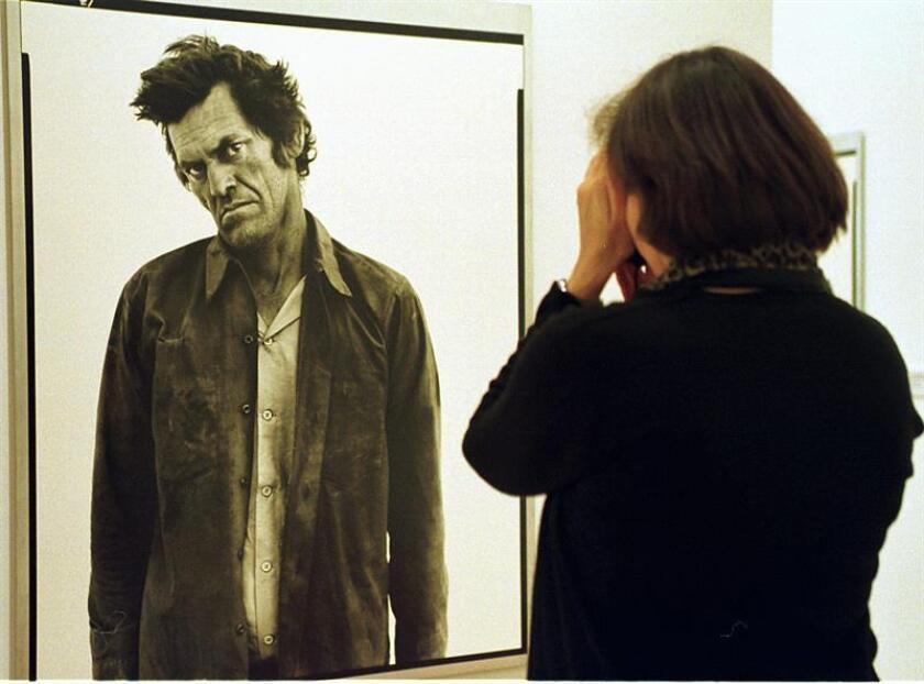 """Una mujer observa una de las fotografías de Richard Avedon, uno de los mejores fotógrafos del mundo, que por primera vez exhibe su serie """"In the American West"""" en España. EFE/Archivo"""