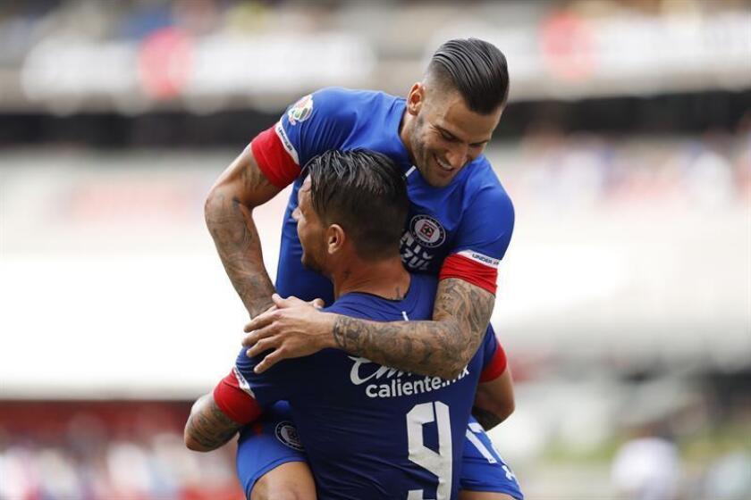 Pese al revés, el Cruz Azul continuó en el primer lugar del campeonato con seis victorias, dos empates, una derrota y 20 puntos, tres más que los Pumas de la UNAM, las Águilas del América, y el Santos Laguna, todos con 17 unidades. EFE/Archivo