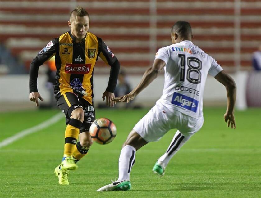 El jugador del The Strongest Alejandro Chumacero (i) disputa el balón con Jonathan Copete (d), del Santos, durante un partido de la Copa Libertadores, en el estadio Hernando Siles de La Paz (Bolivia). EFE/ARCHIVO