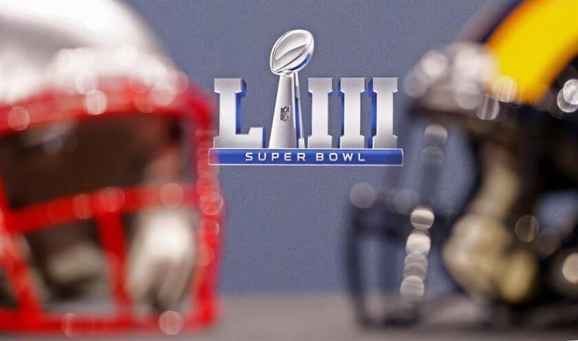 Imagen de los cascos de los Rams de Los Ángeles (d) y de los Patriots de Nueva Inglaterra (i) en Atlanta, Georgia (Estados Unidos). EFE