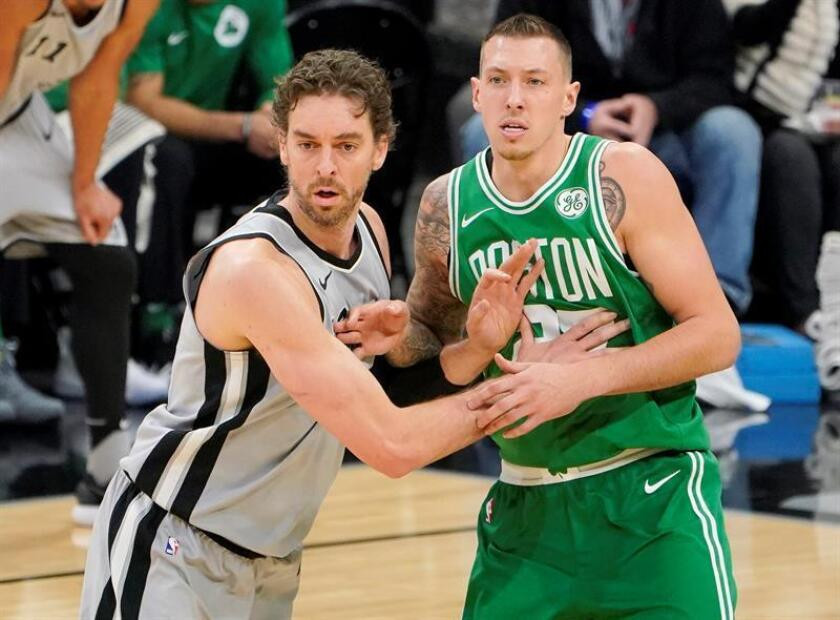 Pau Gasol (L) of the San Antonio Spurs and Daniel Theis of the Boston Celtics during an NBA basketball game, 8 December 2017. EFE
