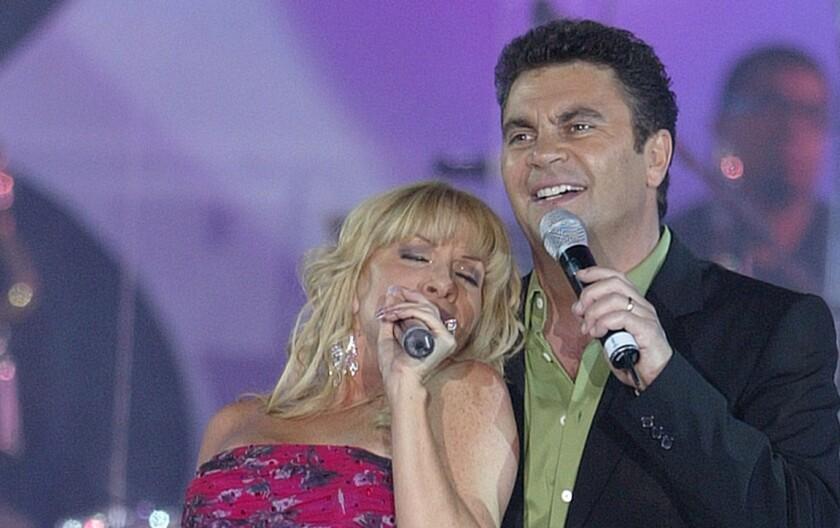 En esta foto los cantantes mexicanos Yuri y Manuel Mijares cantan en un homenaje al presentador de TV Raul Velascos en Acapulco, México.