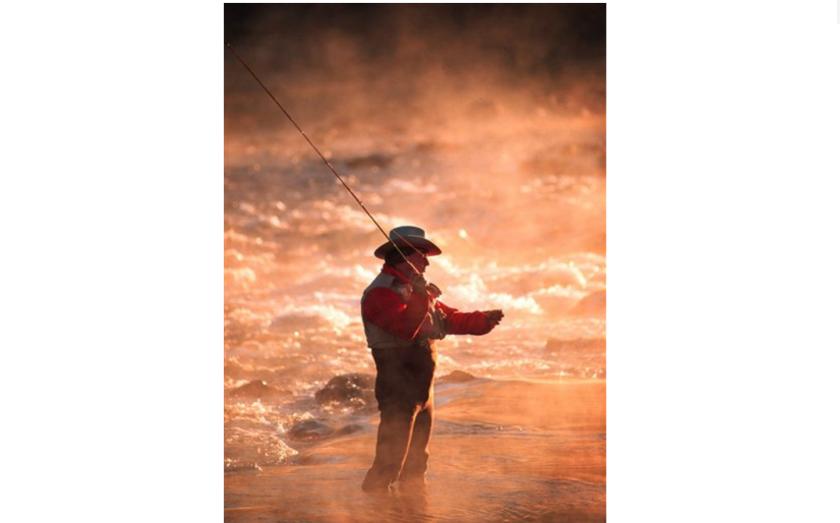 En esta foto sin fecha, un pescador arroja el sedal al amanecer en el río Boise, en Idaho. Notificaciones de posible filtración de información personal fueron enviadas a poseedores de licencias pesca y caza en Idaho y Oregon luego de que una intrusión en el sistema de computadoras de un vendedor. Las notificaciones muy probablemente serán enviadas también al estado de Washington. (AP Foto/Troy Maben)