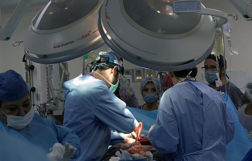 Fotografía cedida por el Instituto de Seguridad y Servicios Sociales de los Trabajadores del Estado (ISSSTE) hoy, jueves 8 de marzo de 2018, que muestra a un grupo de médicos realizando una operación de riñón en una clínica en Ciudad de México (México). EFE/ISSSTE/SOLO USO EDITORIAL