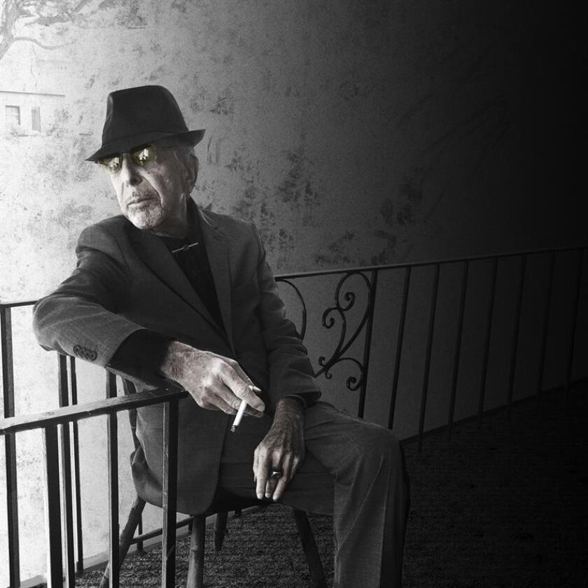 """El músico y poeta canadiense Leonard Cohen aplaudió hoy el premio Nobel de Literatura concedido a Bob Dylan y aseguró que otorgarle ese galardón al cantautor estadounidense es como """"poner una medalla al monte Everest por ser la montaña más alta""""."""