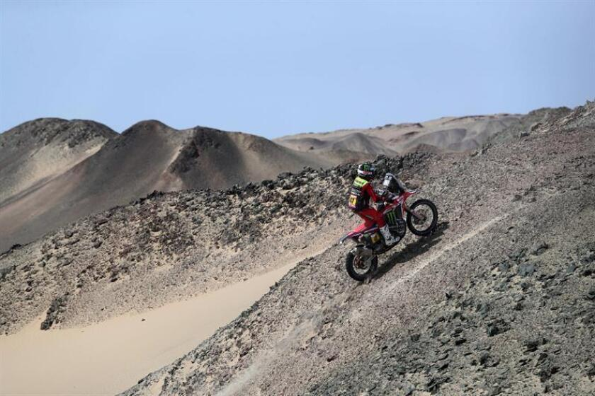 El argentino Kevin Benavides conduce su motocicleta Honda durante la novena etapa del Rally Dakar 2019, en Pisco (Perú). EFE/Archivo