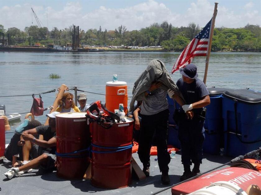 Tres adultos dominicanos fueron detenidos al filo de la noche del martes por las autoridades puertorriqueñas al tratar de llegar de manera ilegal por la costa de Rincón, al noroeste de la isla caribeña, informó hoy la Policía local. EFE/Archivo