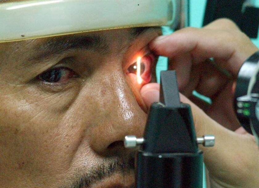 Foto de archivo del 23 de julio de 2016 de un hombre que es examinado en Ciudad de México. El glaucoma es un padecimiento que afecta de manera crónica, progresiva e irreversible la vista de las personas y, aunque es prevenible, en México hace falta educación para revisarse con el fin de detectar a tiempo y evitar la ceguera, dijeron hoy especialistas. EFE