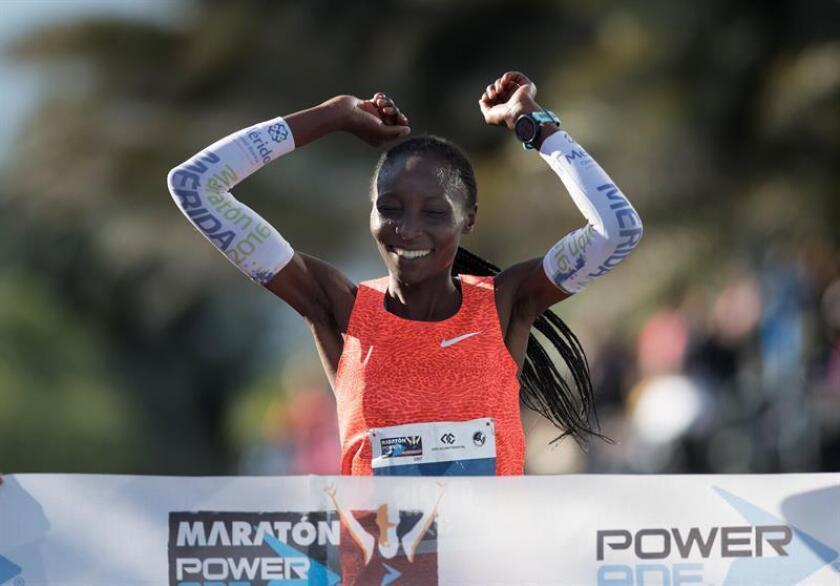 La keniata Risper Biyaki cruza la meta en la Maratón de Monterrey 2017, norte de México hoy, domingo 10 de diciembre de 2017. EFE