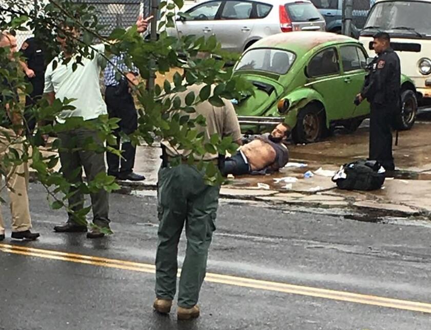 Ahmad Khan Rahami en el momento de su detención tras una balacera con la policía el 19 de septiembre de 2016, en Linden, New Jersey. Rahami estaba buscado para ser interrogado por las bombas que sacudieron el vecindario de Chelsea, en la ciudad de Nueva York, y la localidad costera de Seaside Park, en New Jersey. (Moshe Weiss via AP)