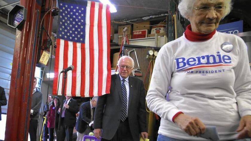 Bernie Sanders, atrás, tiene el apoyo de los votantes de Iowa que están preocupados sobre la desigualdad económica y las deudas estudiantiles.