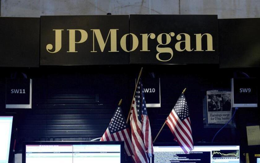 Vista de un letrero de JPMorgan en el parqué de la Bolsa de Nueva York, Estados Unidos. EFE/Archivo
