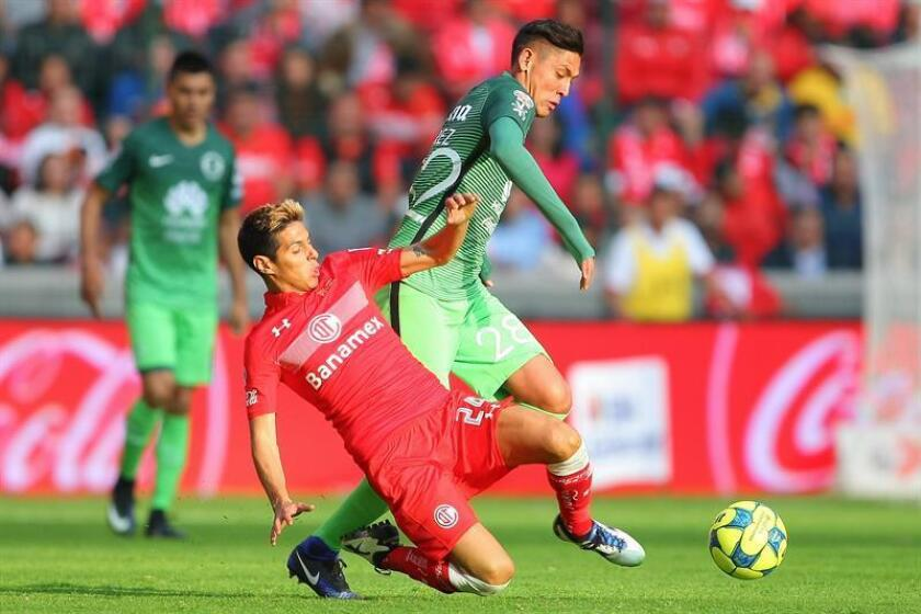 El jugador Pablo Barrientos (i) de Toluca ante Edson Álvarez (d) de América hoy domingo 15 de enero de 2017, durante el juego por la jornada 2 del torneo mexicano de fútbol en Toluca (México). EFE