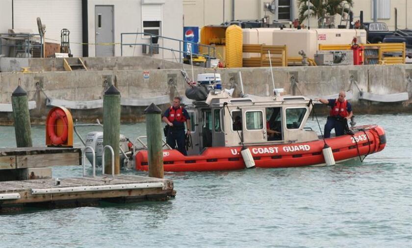 Agentes de la Guardia Costera de Estados Unidos salen de un muelle de Miami Beach, Florida (EE.UU.), donde continúa la investigación sobre el hidroavión que estalló en el aire y se precipitó en Miami. EFE/Archivo